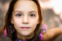 Retrato de la niña que mira para arriba el padre al aire libre Fotografía de archivo libre de regalías