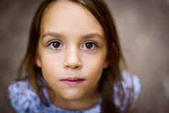 Retrato de la niña que mira para arriba el padre al aire libre Fotos de archivo libres de regalías