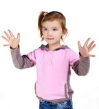 Retrato de la niña que muestra sus manos fotografía de archivo