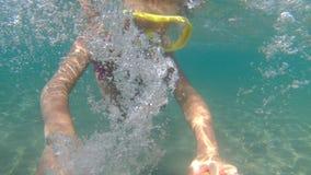 Retrato de la niña que nada bajo el agua en el mar La muchacha linda en máscara crea burbujas debajo del agua Vacaciones de veran imagen de archivo