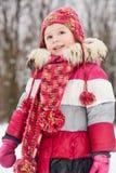 Retrato de la niña que se coloca en parque del invierno Foto de archivo