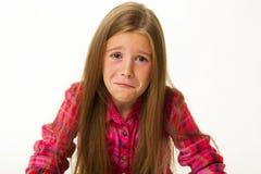 Retrato de la niña que se sienta triste y que llora sobre el backgr blanco Imágenes de archivo libres de regalías