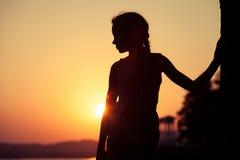 Retrato de la niña rubia triste que se coloca en la playa Foto de archivo