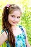 Retrato de la niña sonriente adorable al aire libre Foto de archivo
