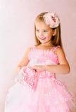 Retrato de la niña sonriente adorable en vestido de la princesa Imagen de archivo libre de regalías