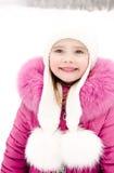 Retrato de la niña sonriente en día de invierno Imagen de archivo libre de regalías