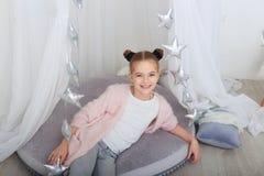 Retrato de la niña sonriente en decoraciones de la Navidad Fotografía de archivo