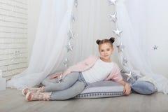 Retrato de la niña sonriente en decoraciones de la Navidad Imagenes de archivo