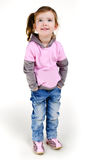 Retrato de la niña sonriente feliz en pantalones vaqueros fotografía de archivo libre de regalías