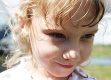 Retrato de la niña sonriente que corre alrededor de ella Fotos de archivo libres de regalías