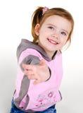 Retrato de la niña sonriente que da una mano imágenes de archivo libres de regalías