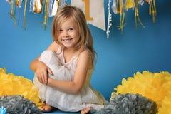 Retrato de la niña sorprendida feliz en vestido de la princesa con la boca abierta y las manos que agitan aisladas en fondo azul Imágenes de archivo libres de regalías