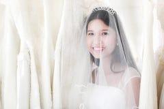 Retrato de la novia asiática hermosa del pelo negro con feliz sonrisa imagen de archivo libre de regalías