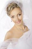 Retrato de la novia, casandose los pendientes del collar de la joyería, maquillaje fotos de archivo libres de regalías