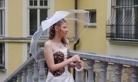 Retrato de la novia con el paraguas Foto de archivo libre de regalías