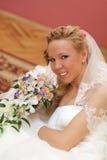 Retrato de la novia con el ramo en manos dentro Fotografía de archivo