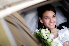 Retrato de la novia en el coche de la boda imagen de archivo