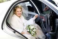 Retrato de la novia en el coche de la boda Fotografía de archivo libre de regalías