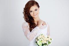 Retrato de la novia feliz en vestido de boda, blanco Foto de archivo
