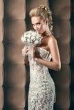 Retrato de la novia hermosa feliz que sostiene un ramo Foto de archivo libre de regalías