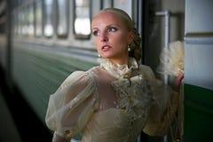 Retrato de la novia hermosa joven cerca del tren Imagen de archivo