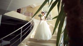 Retrato de la novia hermosa joven en las escaleras metrajes