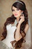 Retrato de la novia morena hermosa con diseñar largo del pelo ondulado Imagen de archivo libre de regalías