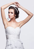 Retrato de la novia morena joven hermosa de la mujer en Weddin blanco Foto de archivo libre de regalías