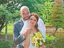Retrato de la novia y del novio en el parque Foto de archivo libre de regalías