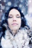 Retrato de la oferta de la mujer joven con nieve imagen de archivo