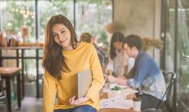 Retrato de la oficina coworking de trabajo femenina asiática del equipo, sonrisa del beautif feliz mujer de la UL en oficina mode foto de archivo