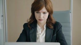 Retrato de la oficina joven de Working In Her de la empresaria almacen de video