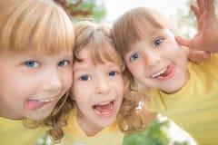 Retrato de la opinión de ángulo bajo de niños felices Imagen de archivo