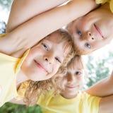 Retrato de la opinión de ángulo bajo de niños felices fotografía de archivo libre de regalías