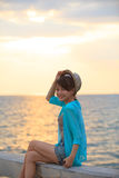 Retrato de la paja que lleva h del adolescente hermoso y feliz de la emoción Foto de archivo libre de regalías