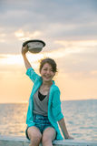 Retrato de la paja que lleva h del adolescente hermoso y feliz de la emoción Imagen de archivo