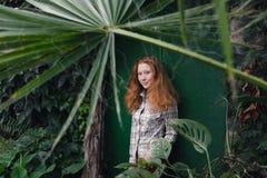 Retrato de la palmera relajada de la muchacha del jengibre sin embargo durante Foto de archivo
