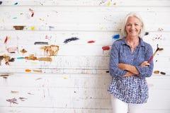 Retrato de la pared femenina de Against Paint Covered del artista Fotos de archivo libres de regalías