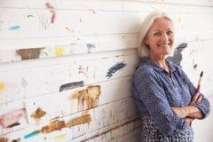 Retrato de la pared femenina de Against Paint Covered del artista Imagen de archivo