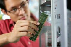 Retrato de la PC china de Reparing del hombre en tienda de informática Foto de archivo