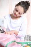 Retrato de la pequeña costurera Imagenes de archivo