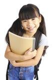 Retrato de la pequeña muchacha asiática con la mochila imagen de archivo libre de regalías