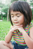 Retrato de la pequeña muchacha asiática joven que ruega fotografía de archivo