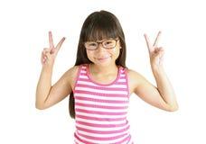 Retrato de la pequeña muchacha asiática linda con la muestra que lucha Imágenes de archivo libres de regalías