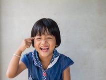Retrato de la pequeña muchacha asiática linda con sonrisa dentuda Imagenes de archivo