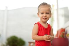 Retrato de la pequeña muchacha caucásica adorable que muestra dientes delanteros con la sonrisa grande, lov adorable joven sonrie imágenes de archivo libres de regalías