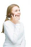 Retrato de la pequeña muchacha caucásica que habla en el teléfono móvil Imagen de archivo libre de regalías