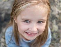 Retrato de la pequeña muchacha feliz Imágenes de archivo libres de regalías