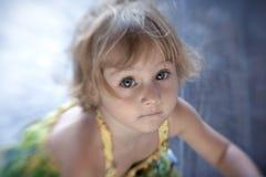 Retrato de la pequeña muchacha preciosa. Fotografía de archivo libre de regalías