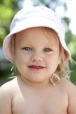 Retrato de la pequeña muchacha rubia fotos de archivo